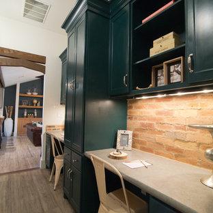 Foto di un piccolo ufficio eclettico con pareti bianche, pavimento in vinile e scrivania incassata