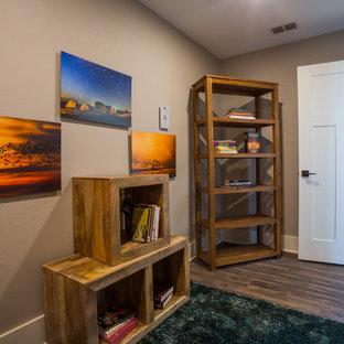 Imagen de sala de manualidades de estilo americano, pequeña, con paredes grises, suelo vinílico y escritorio independiente