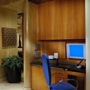 Idée de décoration pour un grand bureau design avec un sol en travertin.