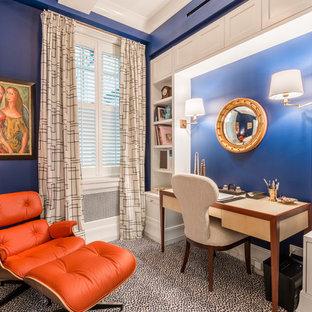 Esempio di un ufficio classico con pareti blu e moquette