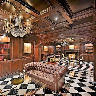 Esempio di un grande studio chic con libreria, pareti marroni, pavimento con piastrelle in ceramica, camino classico, cornice del camino in pietra, scrivania autoportante e pavimento bianco