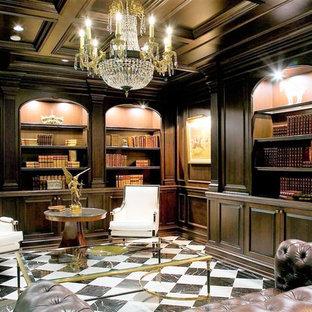 ニューヨークの広いトラディショナルスタイルのおしゃれなホームオフィス・書斎 (ライブラリー、セラミックタイルの床、標準型暖炉、石材の暖炉まわり、自立型机、白い床、茶色い壁) の写真