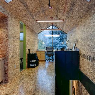 Idéer för ett modernt arbetsrum, med plywoodgolv och ett fristående skrivbord