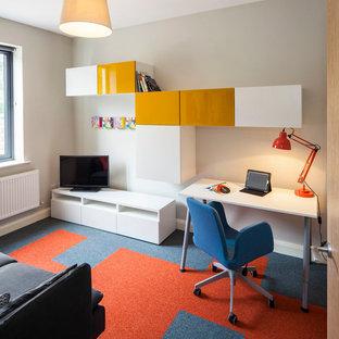 ダブリンの中くらいのコンテンポラリースタイルのおしゃれな書斎 (グレーの壁、カーペット敷き、自立型机、マルチカラーの床) の写真