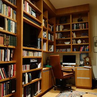 Inredning av ett modernt hemmabibliotek, med korkgolv och ett inbyggt skrivbord