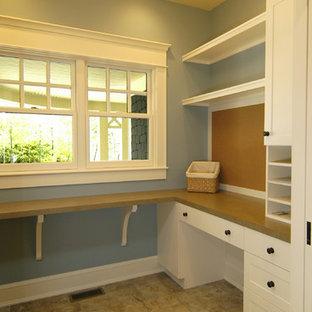 グランドラピッズのおしゃれなホームオフィス・書斎 (青い壁、セラミックタイルの床、暖炉なし、造り付け机、マルチカラーの床) の写真