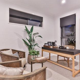 Foto di un ufficio tropicale con pareti bianche, moquette, scrivania autoportante e pavimento beige