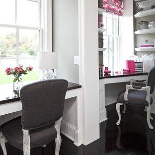 Foto di uno studio chic di medie dimensioni con scrivania incassata, pavimento in legno verniciato, nessun camino, pareti grigie e pavimento nero
