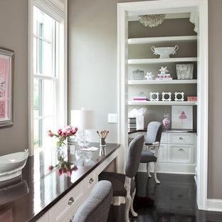ミネアポリスの中サイズのトラディショナルスタイルのおしゃれなホームオフィス・仕事部屋 (造り付け机、塗装フローリング、暖炉なし、グレーの壁) の写真