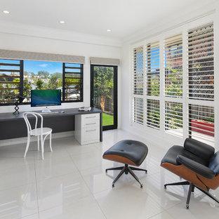 Foto di uno studio tropicale con pareti bianche, scrivania incassata e pavimento bianco