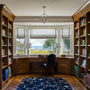 Удачное сочетание для дизайна помещения: кабинет в классическом стиле с библиотекой, паркетным полом среднего тона, встроенным рабочим столом и коричневым полом - самое интересное для вас