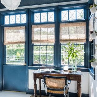 ロサンゼルスのエクレクティックスタイルのおしゃれな書斎 (青い壁、自立型机、白い床) の写真