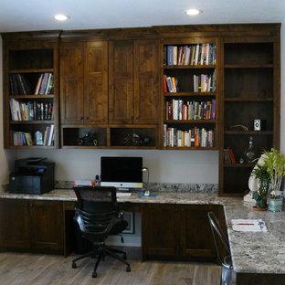 ソルトレイクシティの広いコンテンポラリースタイルのおしゃれなホームオフィス・書斎 (グレーの壁、クッションフロア、暖炉なし、造り付け机、茶色い床) の写真