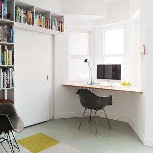 Modernes Arbeitszimmer mit weißer Wandfarbe, Einbau-Schreibtisch und grauem Boden in Toronto