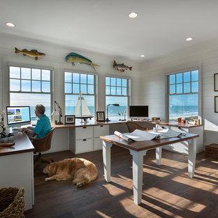 チャールストンの中くらいのビーチスタイルのおしゃれなアトリエ・スタジオ (白い壁、濃色無垢フローリング、茶色い床、暖炉なし、造り付け机) の写真