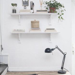ロンドンの小さいエクレクティックスタイルのおしゃれな書斎 (白い壁、磁器タイルの床、造り付け机、黒い床) の写真