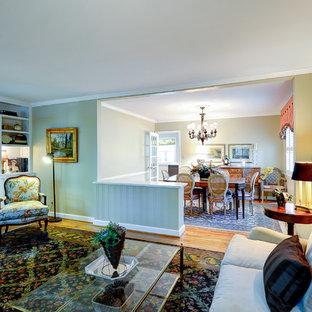 アトランタの広いトラディショナルスタイルのおしゃれな書斎 (ベージュの壁、無垢フローリング、暖炉なし、茶色い床、自立型机) の写真