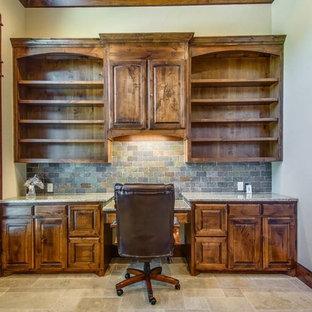 ダラスの中サイズのラスティックスタイルのおしゃれな書斎 (ベージュの壁、トラバーチンの床、暖炉なし、造り付け机、ベージュの床) の写真