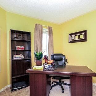 Ispirazione per un atelier chic di medie dimensioni con pareti gialle, moquette, nessun camino e scrivania autoportante
