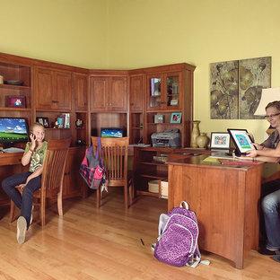Inspiration pour un bureau traditionnel.