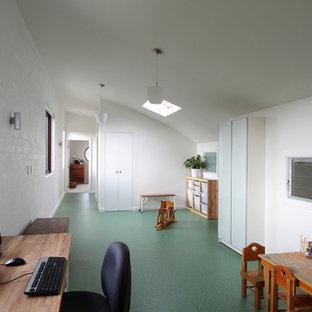 Ispirazione per una stanza da lavoro minimal di medie dimensioni con pareti bianche, pavimento in linoleum, scrivania autoportante e pavimento verde