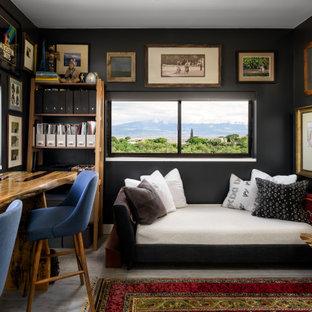 Inspiration för ett tropiskt hemmabibliotek, med svarta väggar och ett fristående skrivbord