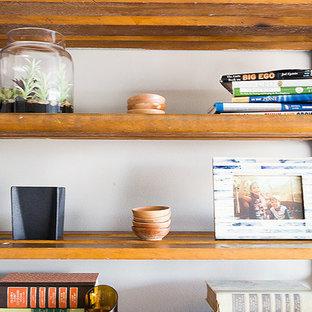 Ispirazione per un ufficio minimal di medie dimensioni con pareti grigie, parquet scuro, nessun camino, scrivania autoportante e pavimento nero