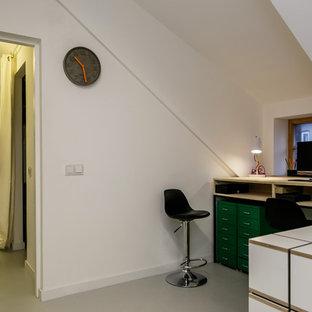 Idee per un piccolo atelier nordico con pareti bianche, pavimento in linoleum, nessun camino e scrivania incassata