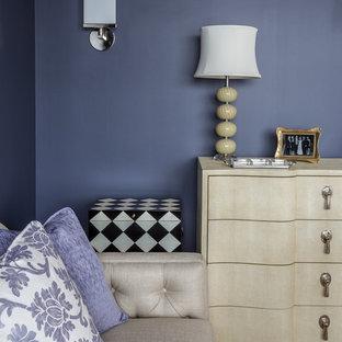 Idee per un piccolo ufficio chic con pareti viola, parquet chiaro, nessun camino e scrivania autoportante