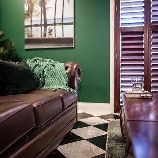 Imagen de despacho clásico, grande, con paredes verdes y suelo de mármol