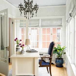 ポートランドの中サイズのトラディショナルスタイルのおしゃれなホームオフィス・書斎 (白い壁、淡色無垢フローリング、自立型机) の写真