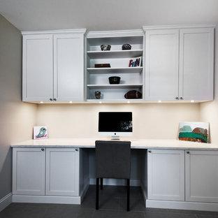 Idee per un ufficio chic di medie dimensioni con pareti grigie, pavimento in ardesia, nessun camino, scrivania incassata e pavimento grigio