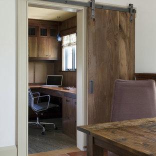 Imagen de despacho rústico con paredes blancas