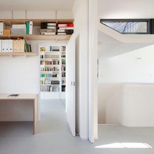 ロンドンの中くらいの北欧スタイルのおしゃれな書斎 (白い壁、クッションフロア、暖炉なし、造り付け机) の写真