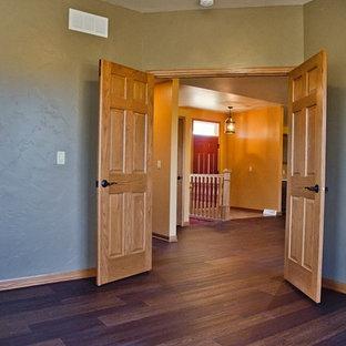 Idee per un grande ufficio american style con pareti marroni, pavimento in vinile, nessun camino, scrivania autoportante e pavimento marrone