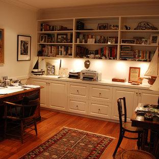 Foto de despacho de estilo de casa de campo, de tamaño medio, sin chimenea, con paredes beige, suelo de madera en tonos medios y escritorio independiente