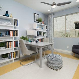 フェニックスの中サイズのコンテンポラリースタイルのおしゃれな書斎 (青い壁、セラミックタイルの床、自立型机、ベージュの床) の写真