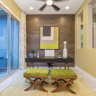 Esempio di un ufficio design di medie dimensioni con pareti gialle, pavimento in gres porcellanato, scrivania autoportante e pavimento grigio