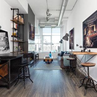 トロントのインダストリアルスタイルのおしゃれなアトリエ・スタジオ (白い壁、濃色無垢フローリング、自立型机、茶色い床) の写真