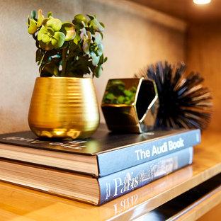 マイアミの広いコンテンポラリースタイルのおしゃれな書斎 (茶色い壁、大理石の床、自立型机、白い床) の写真