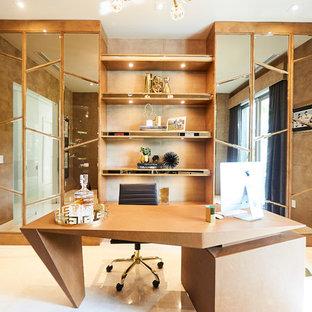 マイアミの大きいコンテンポラリースタイルのおしゃれな書斎 (茶色い壁、大理石の床、自立型机、白い床) の写真