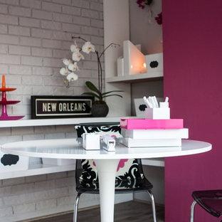 ニューオリンズの中サイズのモダンスタイルのおしゃれな書斎 (グレーの壁、淡色無垢フローリング、暖炉なし、自立型机、グレーの床) の写真