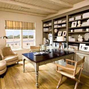Inspiration för medelhavsstil arbetsrum, med vita väggar, mellanmörkt trägolv och ett inbyggt skrivbord