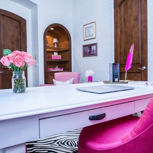 Cette photo montre un grand bureau moderne de type studio avec un mur blanc, un sol en bois foncé et un bureau indépendant.