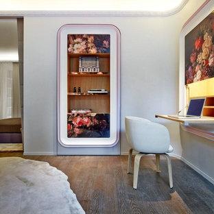 Exemple d'un bureau éclectique de taille moyenne avec un mur gris, un sol en bois foncé et un bureau intégré.