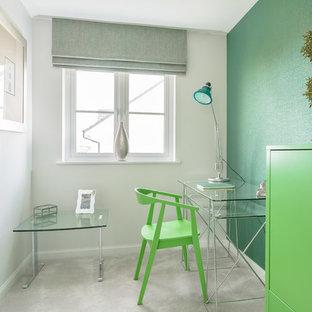 エディンバラの中くらいのコンテンポラリースタイルのおしゃれな書斎 (緑の壁、カーペット敷き、自立型机、白い床) の写真
