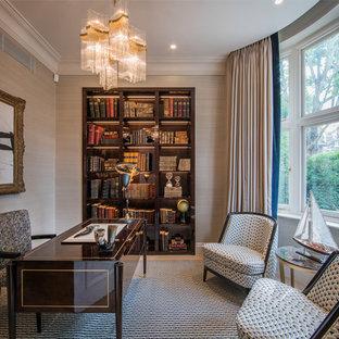 ロンドンのトランジショナルスタイルのおしゃれな書斎 (ベージュの壁、カーペット敷き、自立型机、マルチカラーの床) の写真