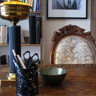 モントリオールの小さいヴィクトリアン調のおしゃれなアトリエ・スタジオ (ベージュの壁、淡色無垢フローリング、自立型机) の写真