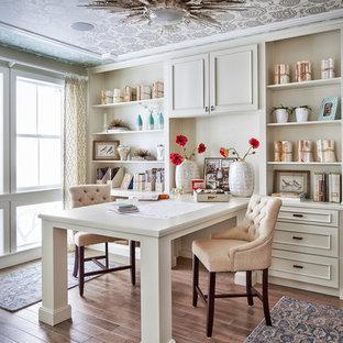 Immagine di uno studio chic con pavimento in legno massello medio e scrivania incassata