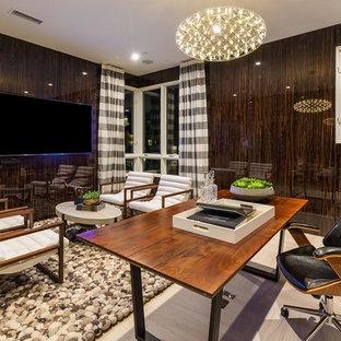 ロサンゼルスの大きいモダンスタイルのおしゃれなアトリエ・スタジオ (茶色い壁、セラミックタイルの床、自立型机、ベージュの床) の写真